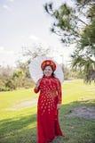 Bärande vietnames Ao Dai för brud Fotografering för Bildbyråer