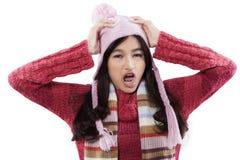 Bärande vintermode för stressad flicka royaltyfri bild