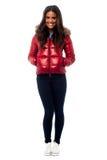 Bärande vinteromslag för härlig flicka Arkivfoton