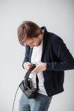 Bärande virtuell verklighetexponeringsglas för stilig man som isoleras på en grå bakgrund Fotografering för Bildbyråer