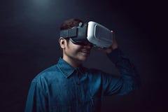 Bärande virtuell verklighethörlurar med mikrofon för man Arkivfoto