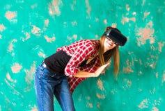 Bärande virtuell verklighetskyddsglasögon för chockad kvinna arkivbilder