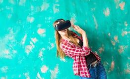 Bärande virtuell verklighetskyddsglasögon för chockad kvinna arkivfoto