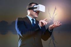 Bärande virtuell verklighetskyddsglasögon för glad affärsman Royaltyfri Bild