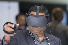 Bärande virtuell verklighetskyddsglasögon för man Royaltyfria Bilder