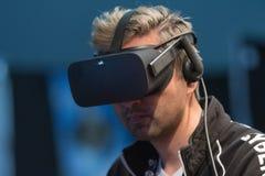 Bärande virtuell verklighetskyddsglasögon för man Arkivfoto