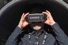 Bärande virtuell verklighetskyddsglasögon för man Arkivbild