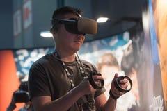 Bärande virtuell verklighetskyddsglasögon för man Royaltyfri Bild