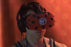 Bärande virtuell verklighetskyddsglasögon för man Royaltyfri Fotografi