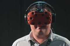 Bärande virtuell verklighetskyddsglasögon för man Royaltyfri Foto