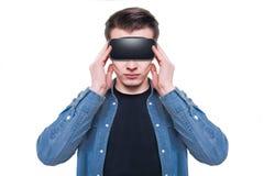 Bärande virtuell verklighetskyddsglasögon för man som isoleras på vit bakgrund arkivbilder