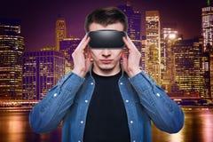 Bärande virtuell verklighetskyddsglasögon för man som isoleras på vit bakgrund royaltyfri foto
