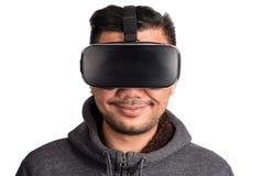 Bärande virtuell verklighetskyddsglasögon för ung asiatisk man fotografering för bildbyråer