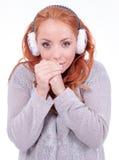 Bärande vit öronskydd för härlig rödhårig mankvinna Royaltyfri Fotografi