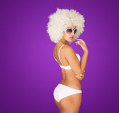 Bärande vit bikini för sexig kvinna royaltyfria bilder
