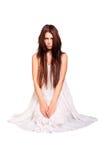 Bärande vit klänning för flicka. isolerat på vit bakgrund Arkivbild