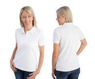 Bärande vit poloskjorta för kvinna royaltyfria foton