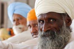Bärande vit turban för sikh- man Royaltyfri Bild
