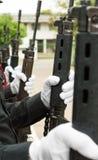 Bärande vita handskar för polisen Royaltyfria Bilder