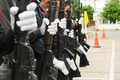 Bärande vita handskar för polisen Arkivfoto