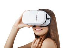Bärande vita isolerade virtuell verklighetexponeringsglas för ung kvinna arkivbild