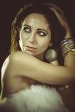 Bärande vita päls för brunettkvinna och guldsmycken royaltyfria bilder