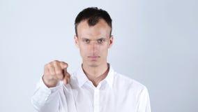 Bärande vita skjortapunkter för man på kameran, vit bakgrund Royaltyfri Fotografi