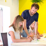 bärare som 3D diskuterar på skrivbordet Royaltyfri Foto