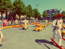Bärare som går med många ostar i den berömda holländska osten, marknadsför i Alkmaar Royaltyfria Foton