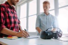 Bärare som testar virtuell verklighetexponeringsglas Royaltyfri Bild
