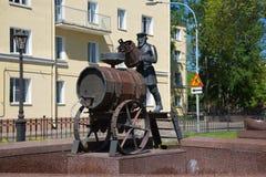 Bäraren för skulptur-springbrunnen Kronstadt vatten, solig dag kan in Kronstadt Arkivfoton