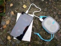 Bärbar Bluetooth högtalare för att lyssna till musik Använd för att lyssna till musik från batteriet arkivbild