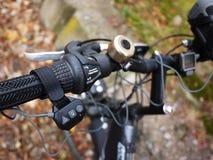 Bärbar Bluetooth högtalare som monteras på cykeln, för att lyssna till musik och radion royaltyfri fotografi