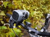 Bärbar Bluetooth högtalare som monteras på cykeln, för att lyssna till musik och radion arkivbilder