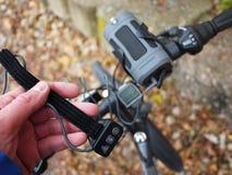 Bärbar Bluetooth högtalare som monteras på cykeln, för att lyssna till musik och radion royaltyfria bilder