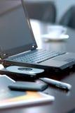 Bärbar dator över kontor Arkivfoto