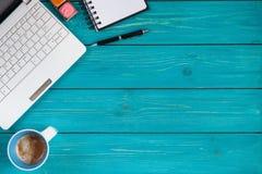 Bärbar dator, anteckningsbok, blyertspenna och kopp kaffe på träbakgrund Arkivbild