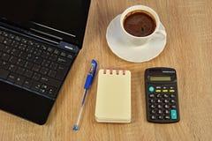 Bärbar dator anteckningsbok, kaffe Fotografering för Bildbyråer