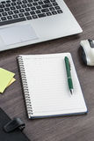 Bärbar dator, anteckningsbok och penna med den självhäftande anmärkningen Royaltyfri Foto