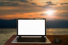 Bärbar dator av havssidan Fotografering för Bildbyråer