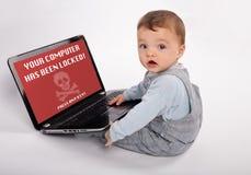 Bärbar dator Baby som smittas av en ransomware Royaltyfri Fotografi