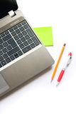 Bärbar dator, blyertspenna och penna Royaltyfri Fotografi