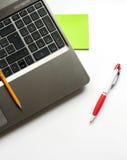 Bärbar dator, blyertspenna och penna Royaltyfria Foton