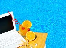 Bärbar dator, cocktai med frukter och sjöstjärna arkivfoto
