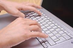 bärbar dator för 3 händer Arkivbild