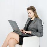Bärbar dator för affärskvinna på vit bakgrund Arkivbilder