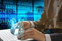 Bärbar dator för affärsmanhandbruk med hänglåsteknologi Royaltyfri Bild