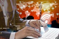 Bärbar dator för affärsmanhandbruk med wifisymbolsanslutning Fotografering för Bildbyråer