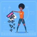 Bärbar dator för afrikansk amerikanflickahåll med för tumme för BloggerVlog ner modern video motvilja för kanal skapare stock illustrationer