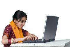 bärbar dator för datorflickaindier Royaltyfri Bild